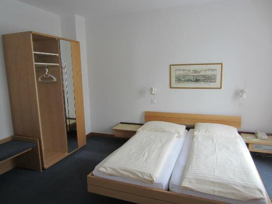 Metropole Swiss Quality Bern Hotel : Large double room - bed is same size as King (in Canada)