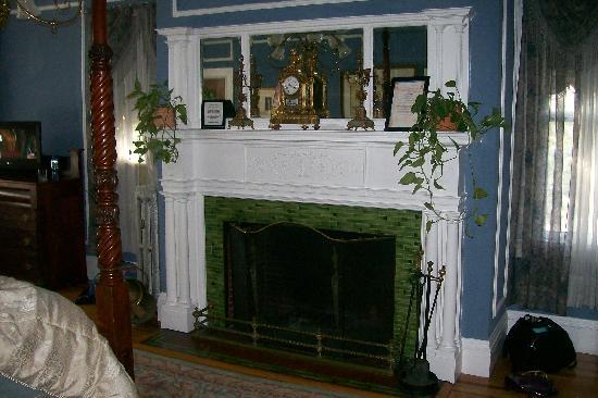 Edgewood Manor Bed and Breakfast: Fireplace