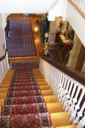 Edgewood Manor Bed and Breakfast: Staircase