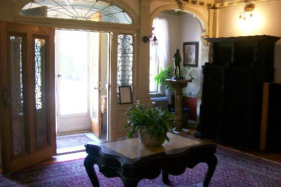 Edgewood Manor Bed and Breakfast: Front Lobby