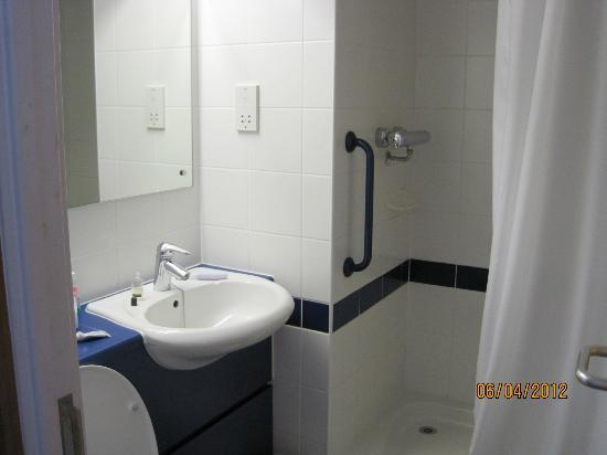 Travelodge Liverpool Docks: adequte bathroom