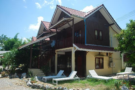 Phongsavanh Resort: triple rooms with loungers outside