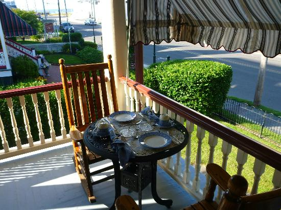 Humphrey Hughes House: Breakfast on the front porch