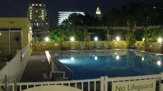 Courtyard Miami Coral Gables: Wonderful nighttime swim