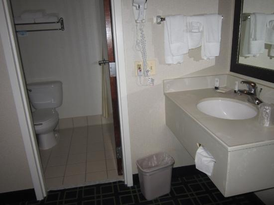Fairfield Inn Amesbury: bathroom area-sink outside of bathroom