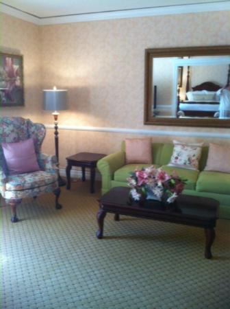 Nassau Inn: Sunny Dolley Madison suite.