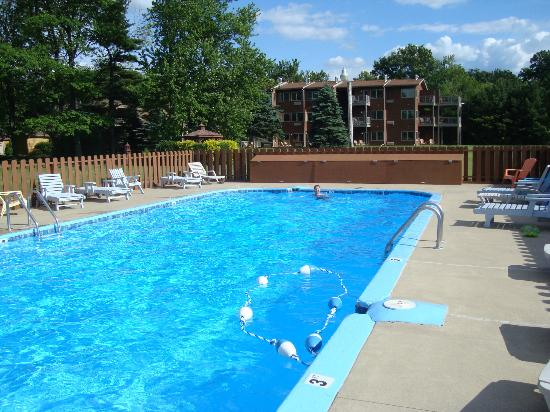 Lake Bluff Inn and Suites: Outdoor pool, with our room behind (top floor)