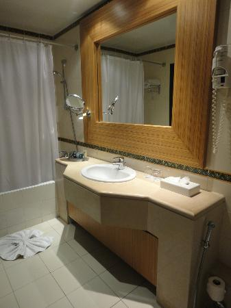 Salle de bain picture of royal thalassa monastir for Salle de bain royan