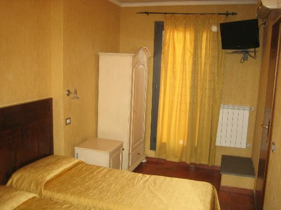 Hotel Kursaal Ausonia: Sunny Room w/ Small Double Bed