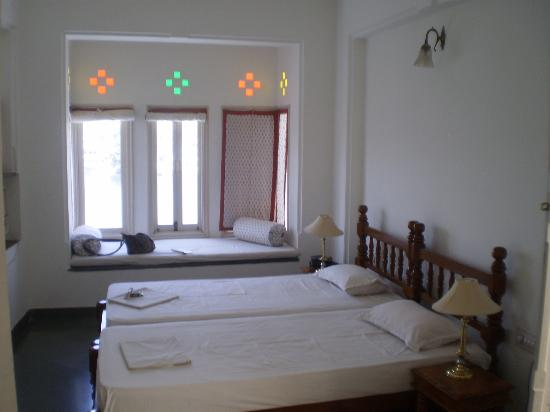 chambre avec bow window sur lac photo de hotel aashiya haveli udaipur tripadvisor. Black Bedroom Furniture Sets. Home Design Ideas