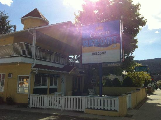 ‪‪Crown Resort Motel‬: A Sunny welcome at the front entrance‬