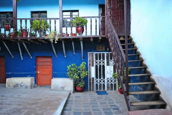 Lazy Cat Hostel: Ingreso al Hostel, desde el patio interno