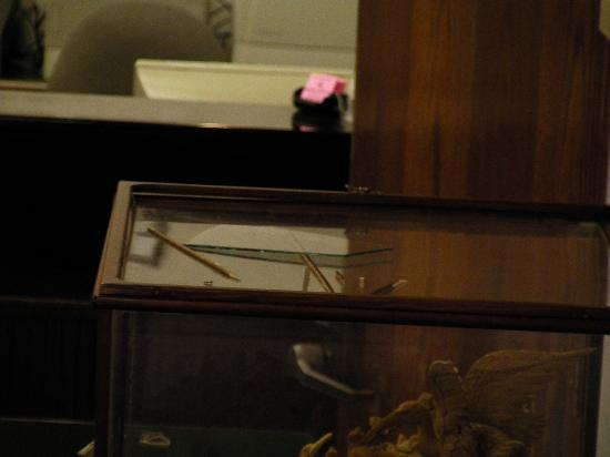 Travelodge Wall Spring Lake Belmar: Broken glass on top of display case.