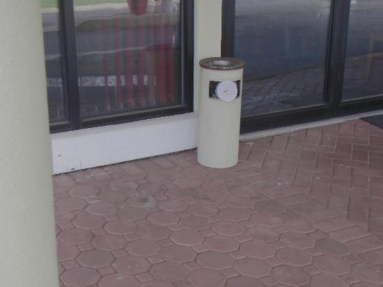 Travelodge Wall Spring Lake Belmar: Coffee cup jammed into trash bin-was there all weekend!