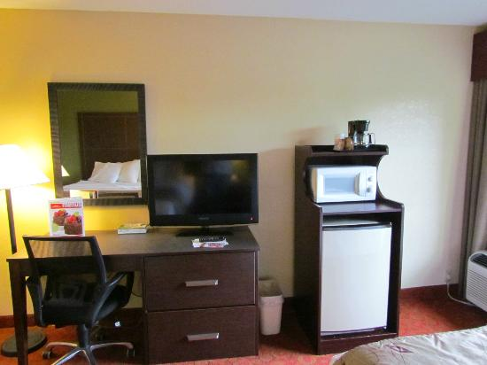 La Quinta Inn Pigeon Forge: Fridge, Microwave and work area