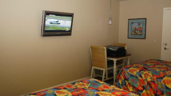 Morro Shores Inn & Suites: TV and Desk