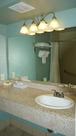 Morro Shores Inn & Suites: Clean Bathroom