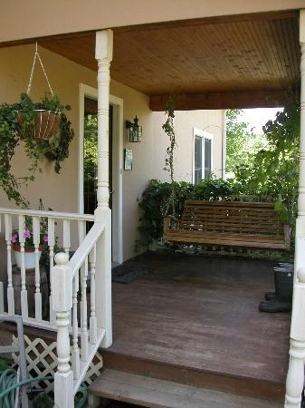 Brambleberry Bed & Breakfast: Porch heaven