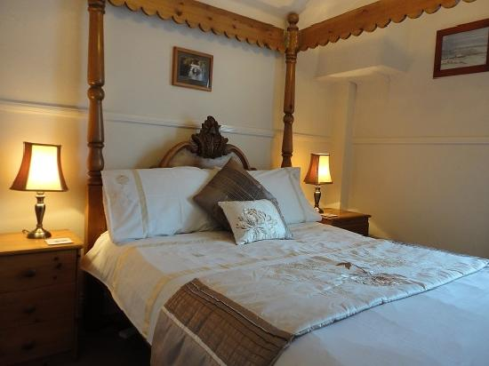Brontes Guest House: four poster room