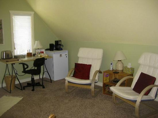 Restingplace Bed &amp; Breakfast: Guest only Lounge area with cable TV and Internet