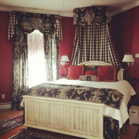 Bayberry Inn of Newport: King Bed in The Red Room