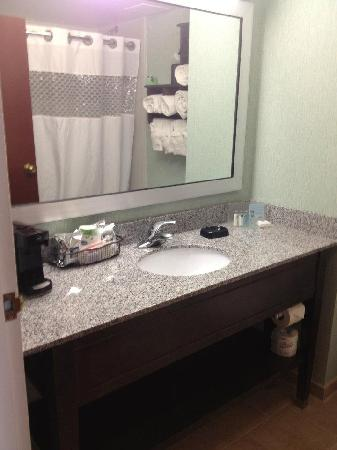 ‪‪Hampton Inn Cincinnati Northwest Fairfield‬: *RENOVATED* Bathroom‬