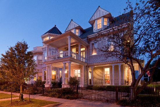 Grand Victorian Bed & Breakfast: Grand Victorian at Dusk