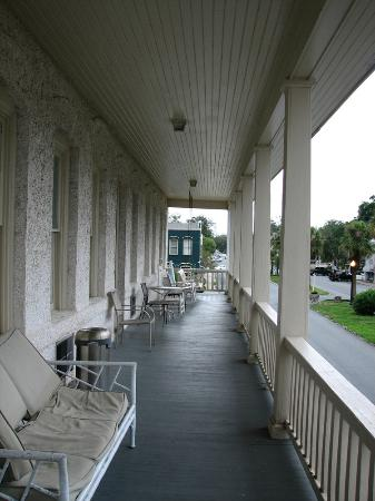 Riverview Hotel: The 2nd floor public balcony