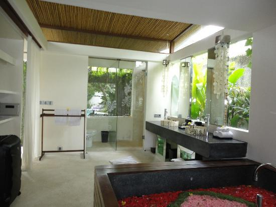 Kiss Bali: Bathroom of 2 BR