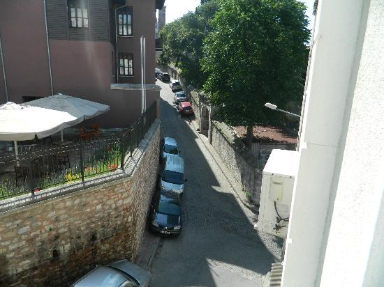 Sultan Palace Hotel: vey from second floor bedroom onto front street
