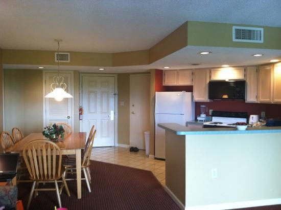 Sunrise Ridge Resort: kitchen & dining area