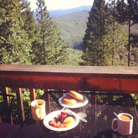 Lillaskog Lodge Bed &amp; Breakfast: desayuno desde la terraza