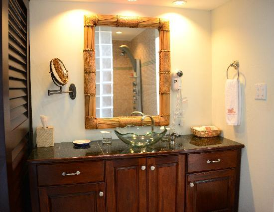 Frangipani Beach Resort: Beautifully Appointed Bathrooms