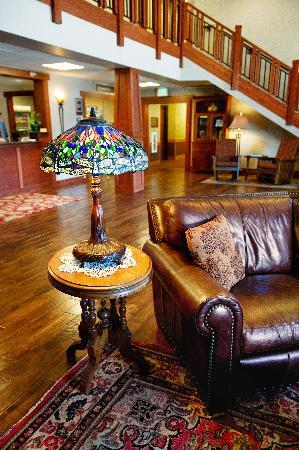 ‪‪Timberlake Lodge‬: Lobby with Stained Glass Lamp‬