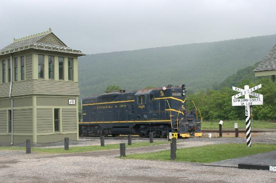 Clifton Forge, เวอร์จิเนีย: C&O GP7 5828 rests in front of JD Cabin