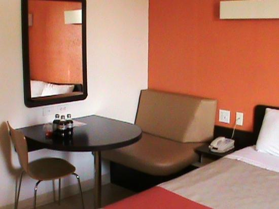 Motel 6 Austin Central - North: Mod dinette