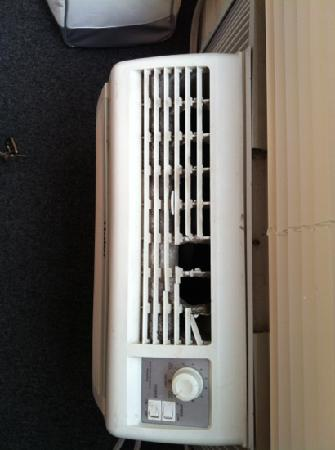 Summer Place Hotel: air conditioner &quot;smashed&quot;