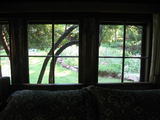 Garland's Oak Creek Lodge: View of the garden from cabin 1