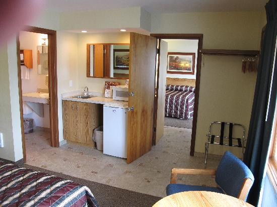 Black Hawk Motel: Adjoining Rooms w/ 4 double beds
