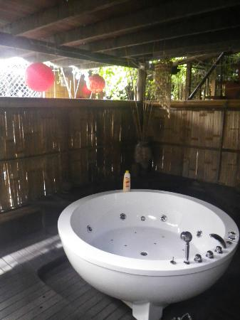 The Secret Sanctuary Boutique Cottage: Le jacuzzi