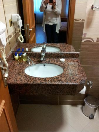 The Byzantium Hotel &amp; Suites: Was advertised as double sink!