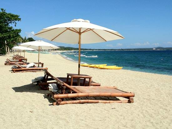 La Luz Beach Resort: Sunbeds, parasols and kayaks