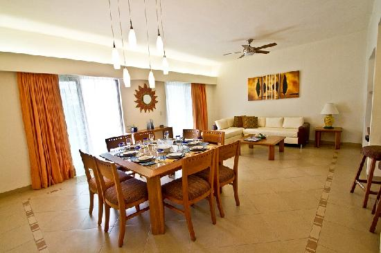 Riviera Maya Suites: Dining table at 3  bedroom apartment
