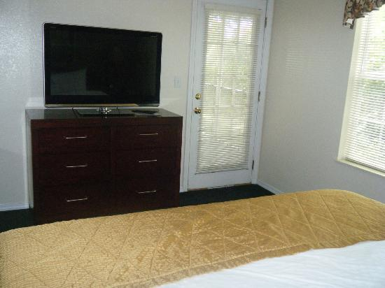 Suites at Fall Creek: Television & door to screened in back porch from bedroom