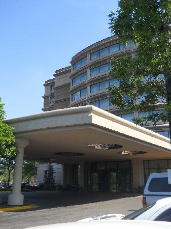 Wyndham Glenview Suites: Front of hotel