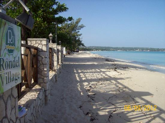 Rondel Village: Beautiful beach - great location