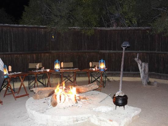 Waterbuck Game Lodge: Dinner around the Boma