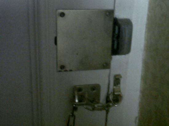 New Bath Hotel: Taken away lock.