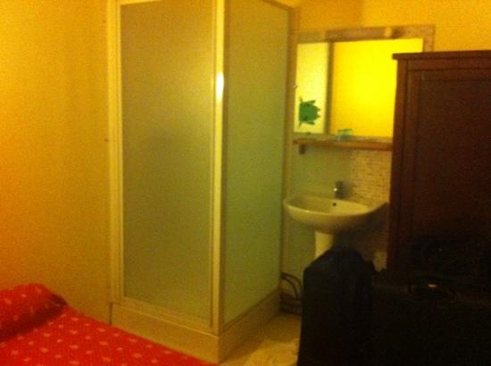 Palace Hotel: Tiny shower, huge wardrobe taking up most of the room!