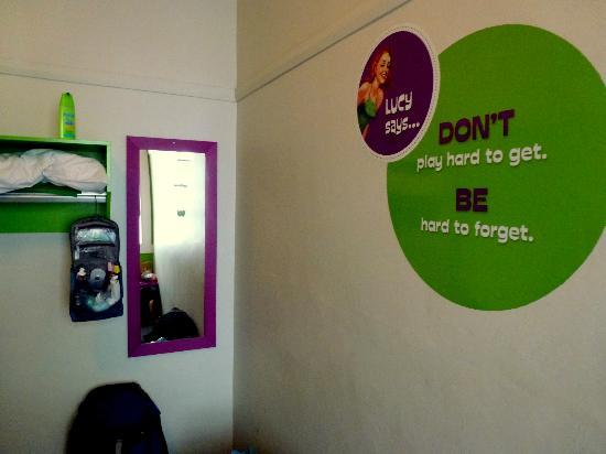 Jucy Hotel: Signage on the bedroom wall